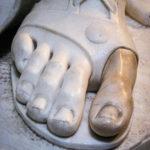 voet van een beeld